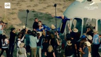 Abrazos y emoción, así regresó Jeff Bezos a la Tierra
