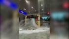 Quedaron atrapados en un metro inundado en China