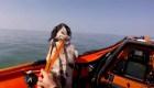 Así rescatan a un perro perdido en el mar en Gales