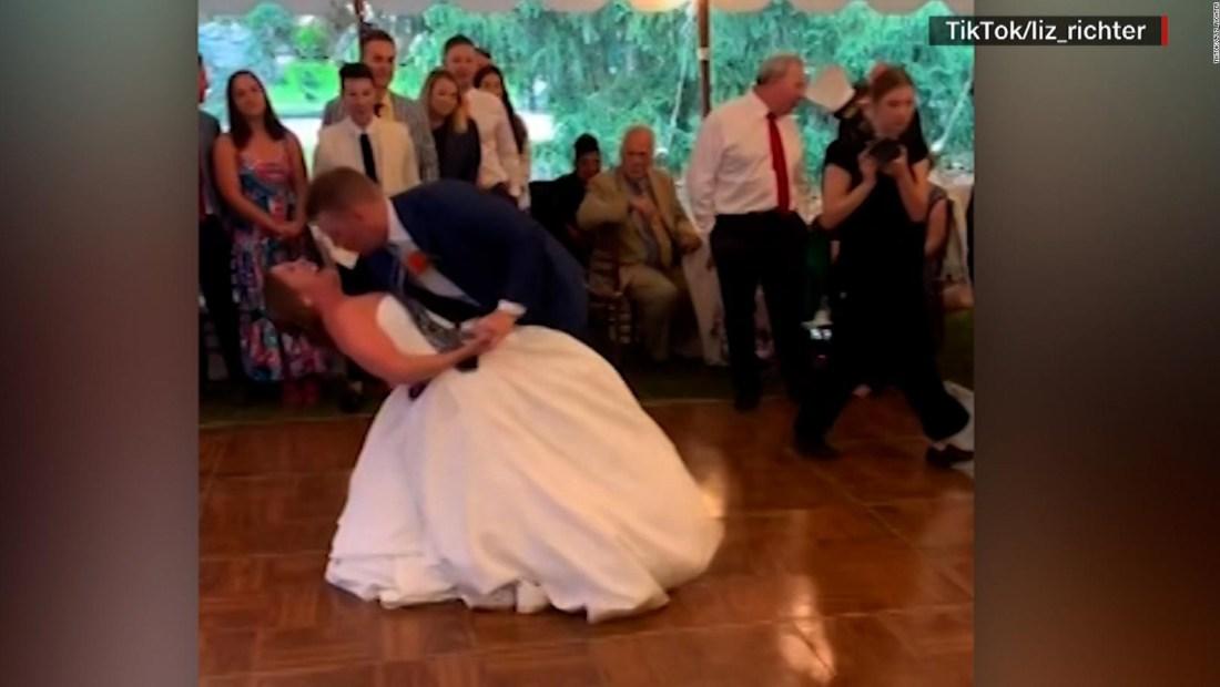 Se dislocó la rodilla bailando con su esposo en la boda