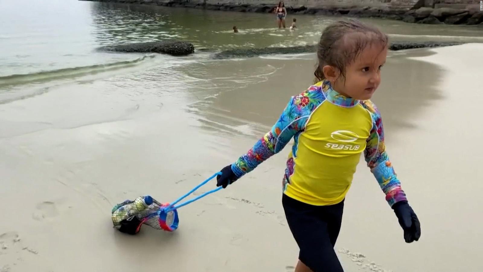 Conoce a esta niña de cuatro años que limpia el mar en Brasil