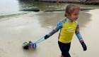 Con solo cuatro años, limpia el mar en Brasil