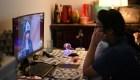 ¿Te desvelas viendo videos en línea? Experto explica la razón