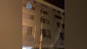 Huyó de un hotel de cuarentena con cuerda hecha de sábanas