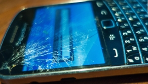 Hallan material autorreparable para pantallas de celulares