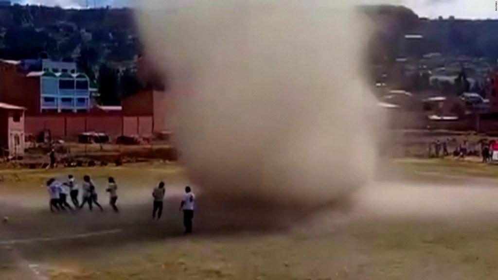 Un remolino de arena interrumpe partido de fútbol