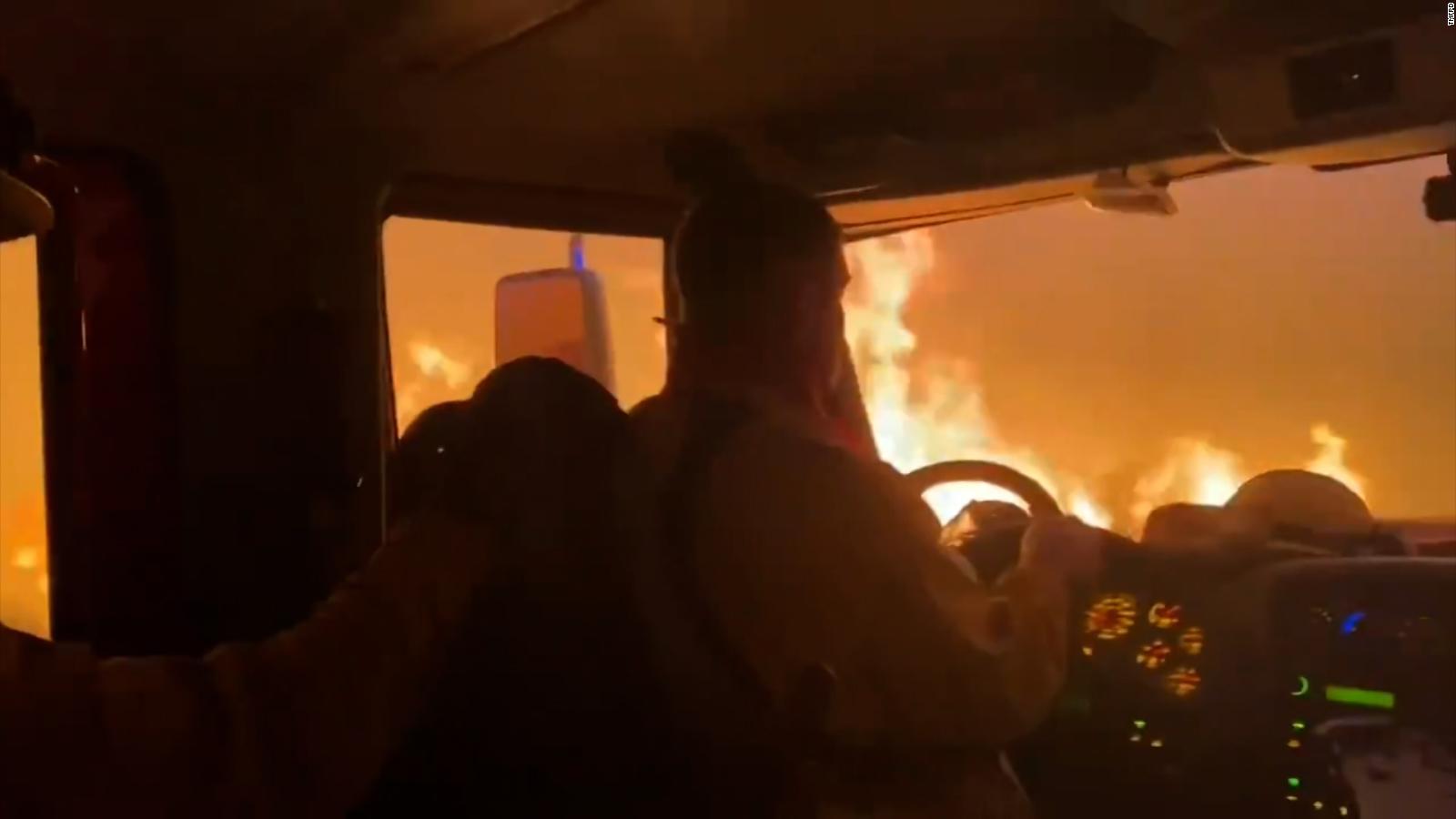 Bomberos escapan por muy poco de las llamas del incendio Tamarack