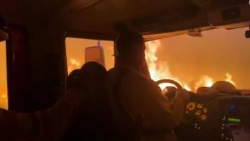 El momento en que bomberos escapan del incendio Tamarack