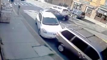 Salvan a bebé atrapada bajo un automóvil