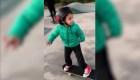Niño skater desafía el cemento