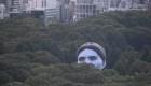 Una cabeza flotante se asoma en un parque de Tokio
