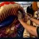 Diseñadora crea prendas de lujo con cobijas mexicanas