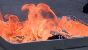 Queman cubrebocas a manera de protesta en Florida
