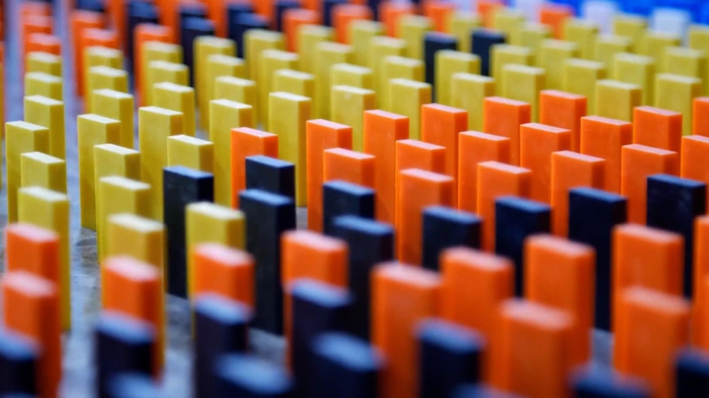 Mira derrumbarse este diseño de dominó gigante
