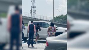 Así rescataron a conductor atrapado en plena autopista