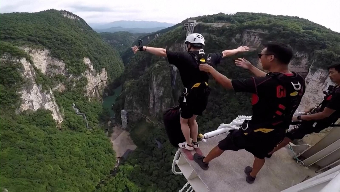 Mira uno de los saltos en bungee más alto del mundo
