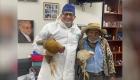 Hombre llega con dos gallinas para pagar una cirugía