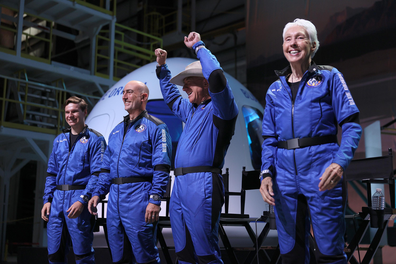 Blue Origin lleva a Jeff Bezos al espacio y de regreso