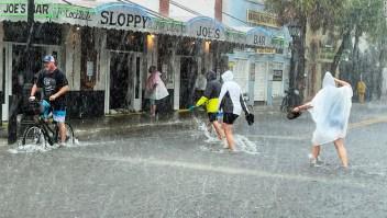 El huracán Elsa se mueve hacia el norte frente a la costa de Florida cerca de la bahía de Tampa con vientos de 120 kmh