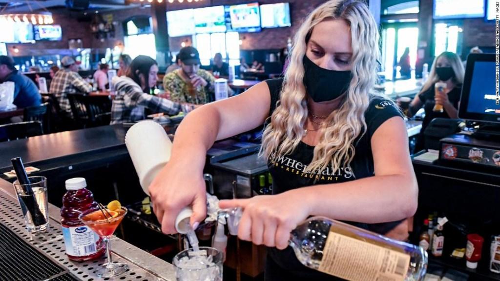 Si no estás vacunado contra el covid-19, no debes ir a un bar o restaurante, dice un experto