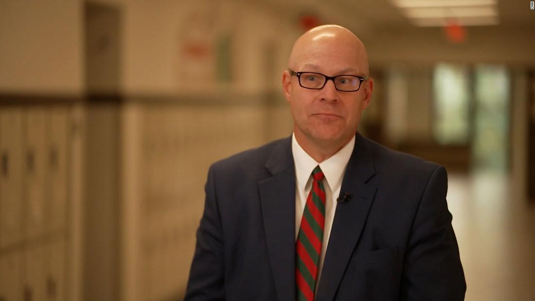 Las escuelas de Illinois luchan por cubrir las vacantes de profesores. 1 distrito contrata maestros internacionales para satisfacer las necesidades