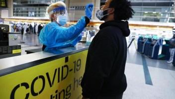 Con la propagación de la variante delta, los expertos están divididos sobre si realizar pruebas de covid-19 a las personas vacunadas