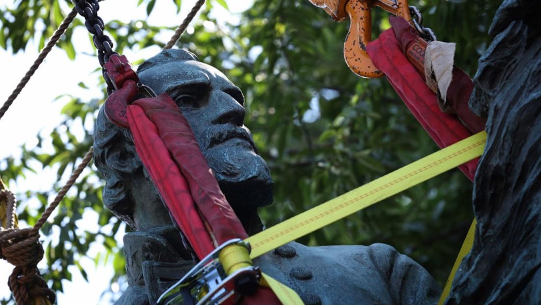 Retiran en Virginia dos polémicas estatuas de los generales confederados Robert Lee y Thomas Jackson