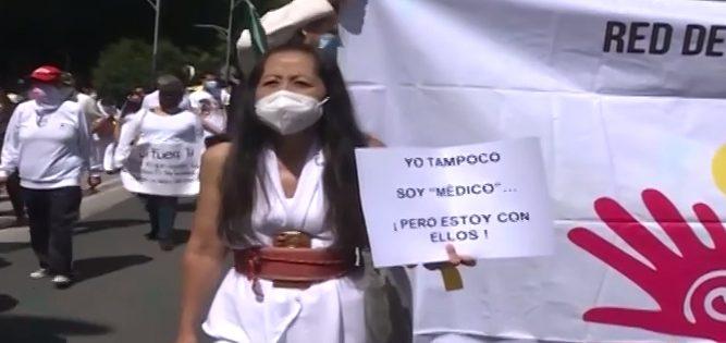 Padres mexicanos exigen medicamentos para sus hijos