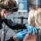 3 culpables del alza de covid-19 en EE.UU., según encuesta