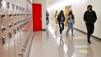California obliga a todo el personal escolar a vacunarse