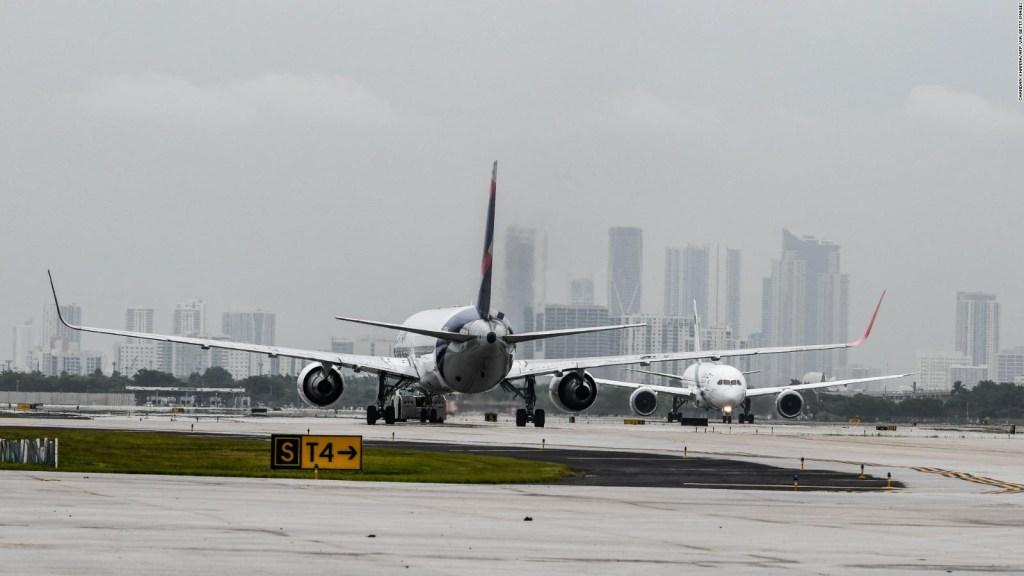 Esta aerolínea no servirá alcohol en sus vuelos hasta 2022