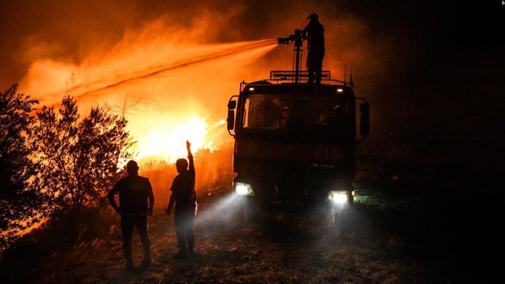 Evacúan por mar a damnificados por incendios en Turquía