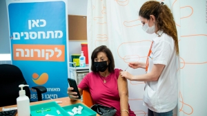 Israel aplica una tercera dosis de Pfizer-BioNTech