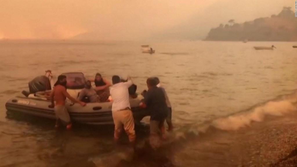 Cientos de personas huyeron de Turquía por incendios