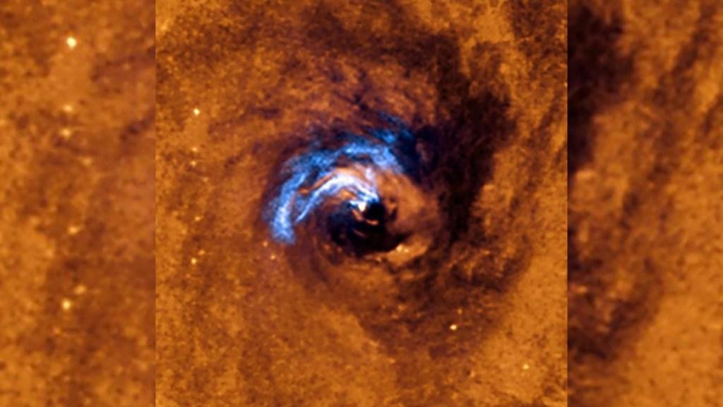 Mira cómo se alimenta un agujero negro de hilos de polvo