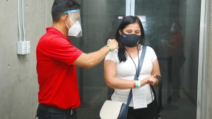 Certificado estimula a jóvenes a vacunarse, dice alcalde