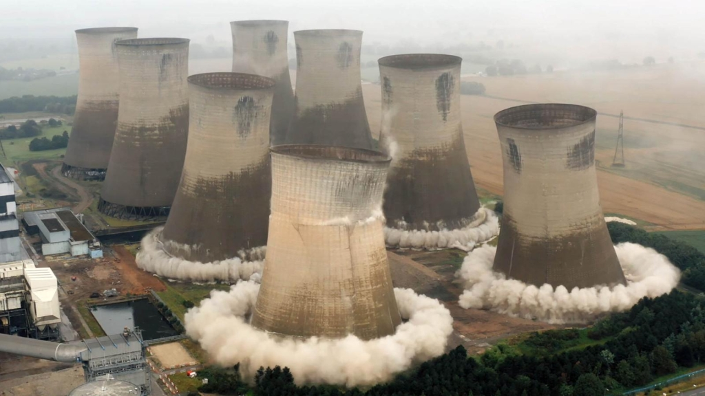 Mira el momento en que demuelen una central eléctrica