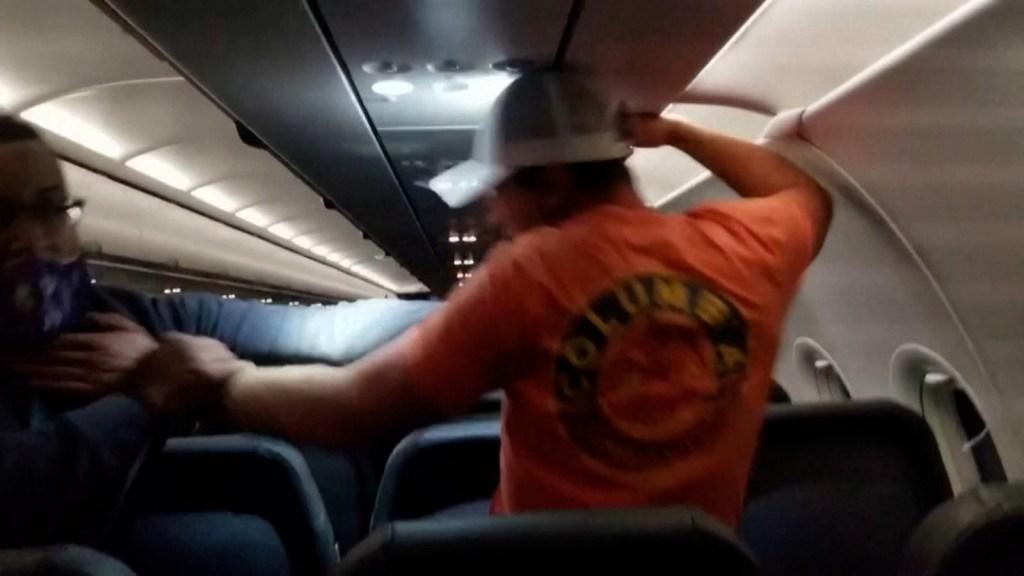 Aerolínea pagará a tripulación que ató a pasajero