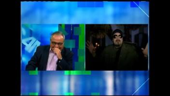 Pepe Aguilar utiliza un celular para terminar entrevista