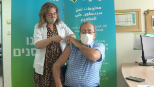 Aplican tercera dosis de vacuna a José Levy de CNN