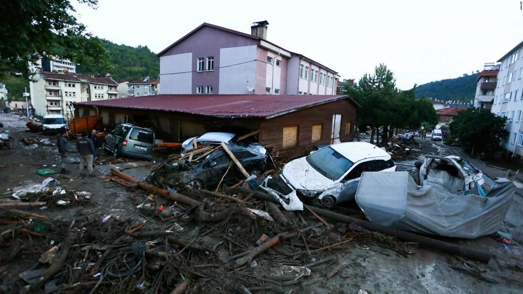 Graves inundaciones en Turquía dejan al menos 27 muertos