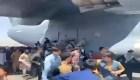 Una multitud intenta treparse a un avión en Kabul