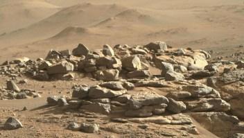 Hay dunas y rocas en la imagen de la semana de Marte