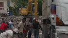 Haitianos limpian escombros con sus medios tras sismo