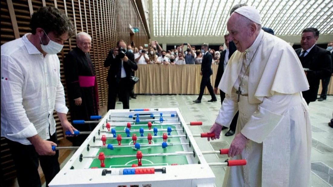 Mira al papa Francisco jugando al metegol en audiencia