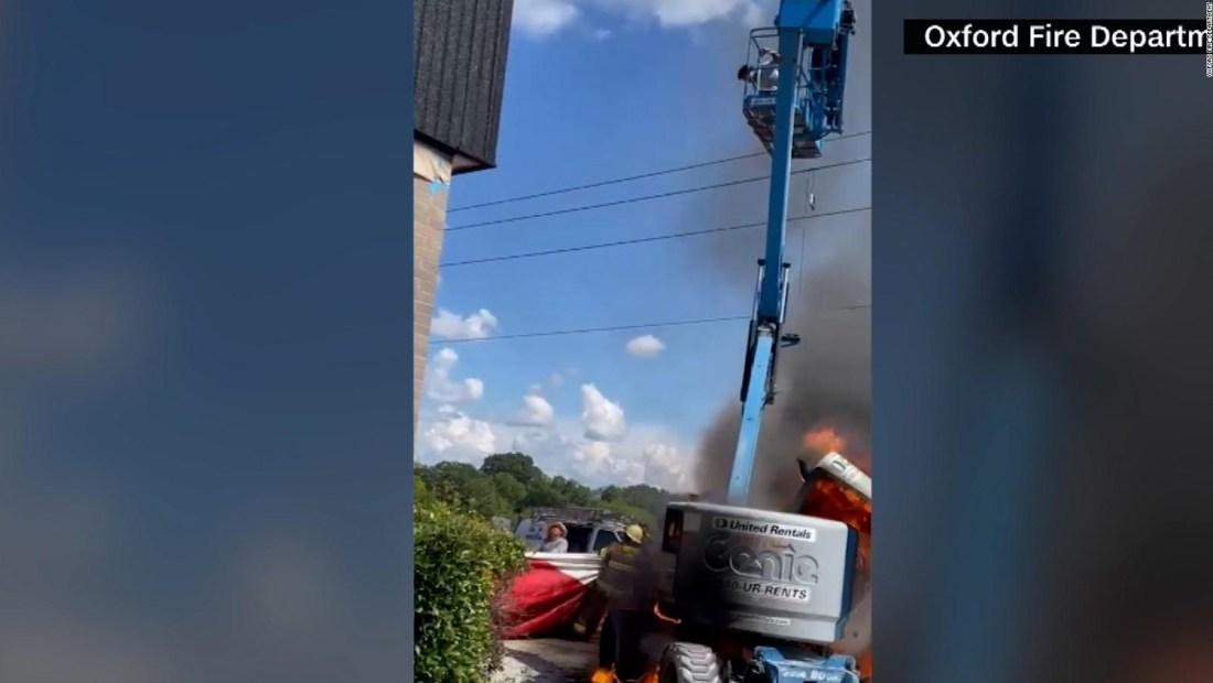 Joven salta de una grúa en llamas para salvar su vida