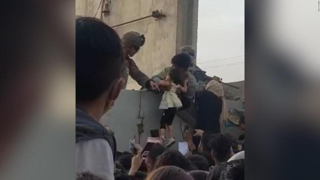 Ang isang lalaki ay naghahatid ng isang batang babae sa isang sundalo sa Kabul