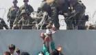 Soldados estadounidenses en Kabul reciben a bebé