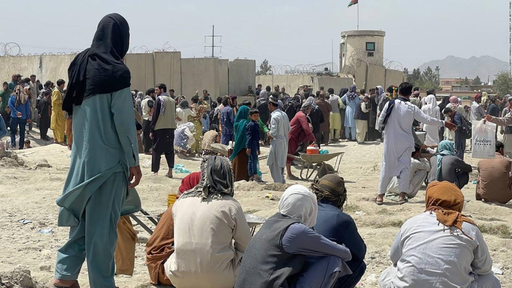 Masikip ang mga pamilya sa paliparan sa Kabul