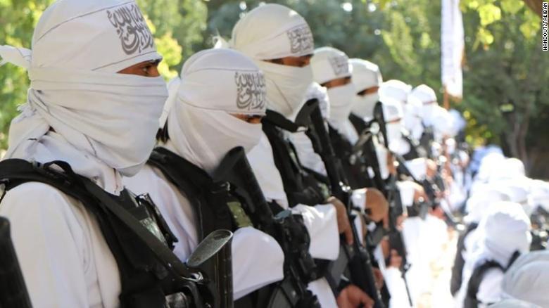 Los talibanes celebran su nuevo arsenal estadounidense